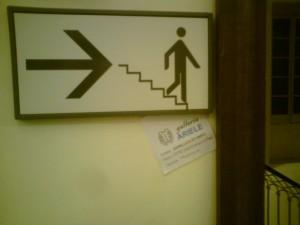 Uomo che scende le scale